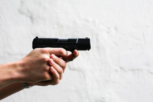Luftpistole Sportschießen Junger Mann Jugendliche Erwachsene Leben Hand 1 Mensch 13-18 Jahre 18-30 Jahre Pistole Waffe festhalten bedrohlich schwarz weiß Macht