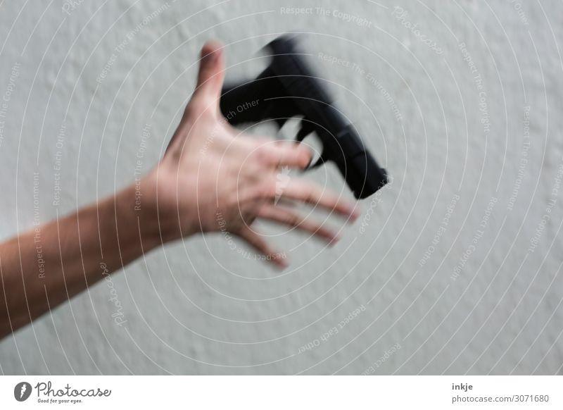 Luftpistole Junger Mann Jugendliche Erwachsene Leben Hand 1 Mensch 13-18 Jahre 18-30 Jahre Pistole Waffe Bewegung festhalten bedrohlich Macht drehen