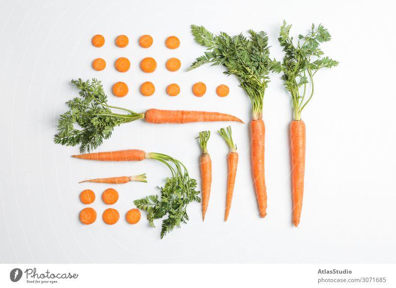 Flachliegende Komposition mit reifen frischen Möhren auf weißem Hintergrund Herbst Zusammensetzung geschnitten Scheibe Tisch Raum orange Ackerbau Vegetarier