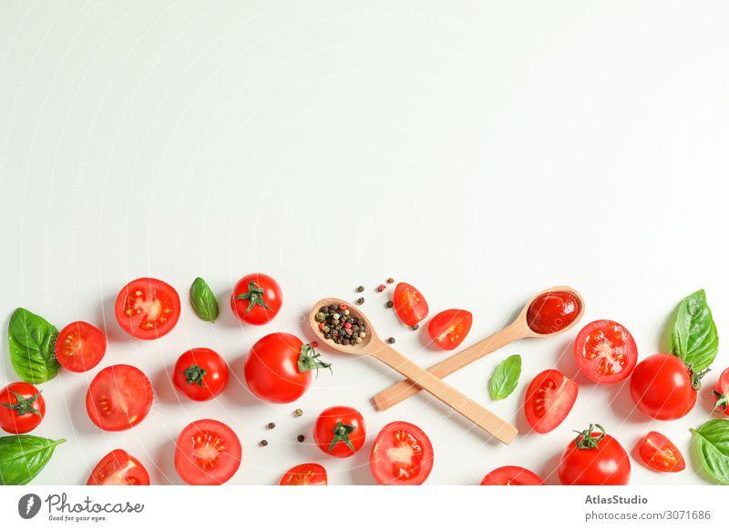 Flachliegende Komposition mit frischen Tomaten, Paprika, Basilikum und Holzlöffeln auf weißem Hintergrund, Platz für Text. Reifes Gemüse Gewürz legen