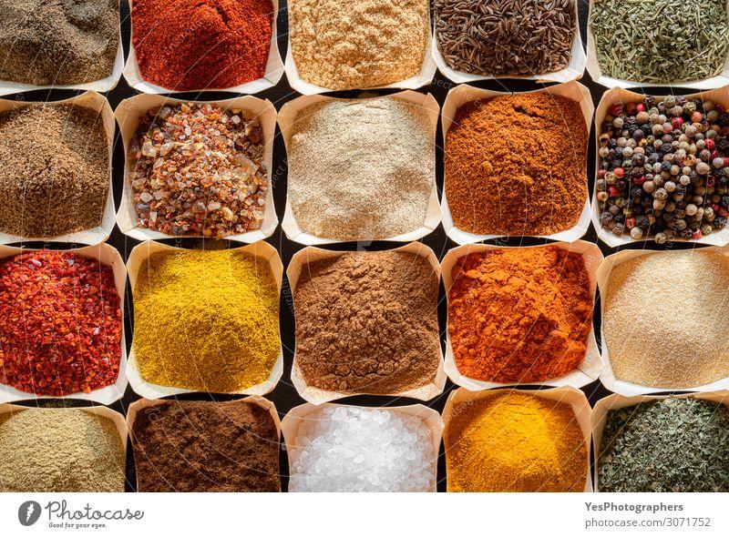 Kräuter und Gewürze in Schalen im Hintergrund. Kochgeschmacksrichtungen Kräuter & Gewürze Ernährung Bioprodukte Vegetarische Ernährung Sammlung natürlich gelb