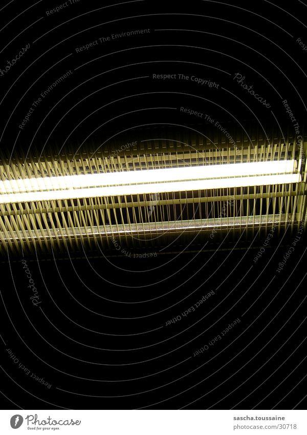 Licht im Dunkel #2 Lampe dunkel Beleuchtung Verkehr Eisenbahn Gitter S-Bahn