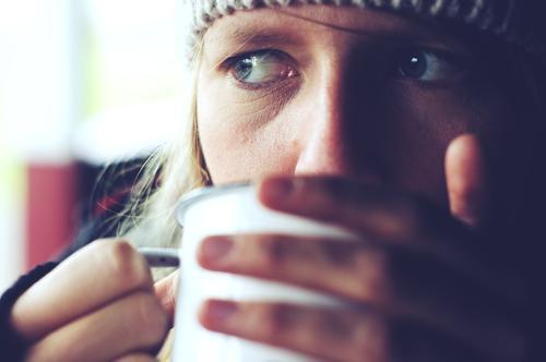 the quiet life Mensch Jugendliche Erholung 18-30 Jahre Gesicht Auge Erwachsene Herbst Zufriedenheit Ernährung wandern Idylle genießen Pause Kaffee Getränk
