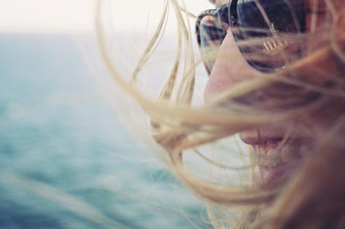days in daze Mensch Meer Erholung Ferne Wärme feminin Küste lachen Tourismus Freiheit Haare & Frisuren See wild Horizont frei frisch