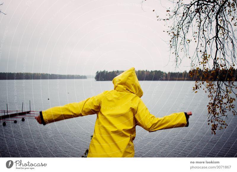 hoch die hände, wochenende 1 Mensch Natur Wasser Klima Wetter schlechtes Wetter Unwetter Wind Sturm Regen Gewitter Wald Seeufer Strand Bucht Regenmantel