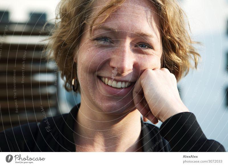 Portrait einer jungen Frau Lifestyle Stil Freude schön Wohlgefühl Junge Frau Jugendliche 18-30 Jahre Erwachsene brünett Sommersprossen Lächeln Blick ästhetisch