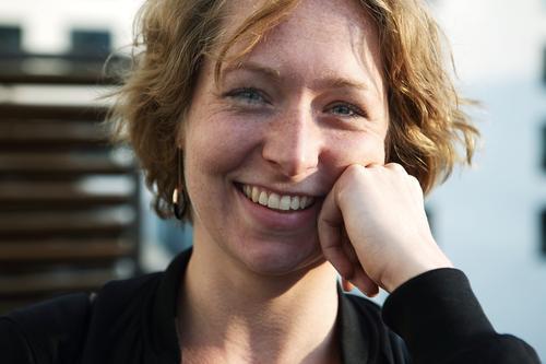 Portrait einer jungen, lächelnden Frau Lifestyle Stil Freude schön Wohlgefühl Junge Frau Jugendliche 18-30 Jahre Erwachsene brünett Sommersprossen Lächeln Blick