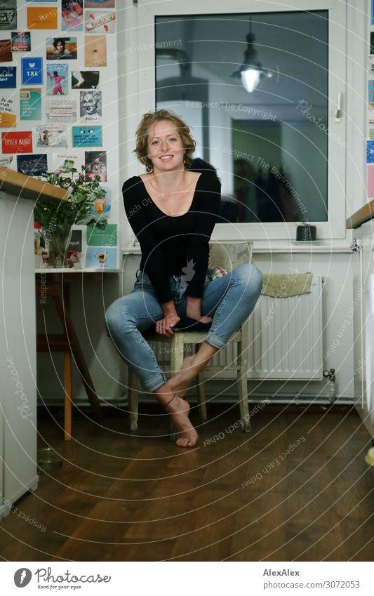 Portrait einer jungen Frau in ihrer Küche auf einem Stuhl - Studentin Lifestyle Stil schön Wohlgefühl Wohnung Dekoration & Verzierung Lampe Tisch Junge Frau