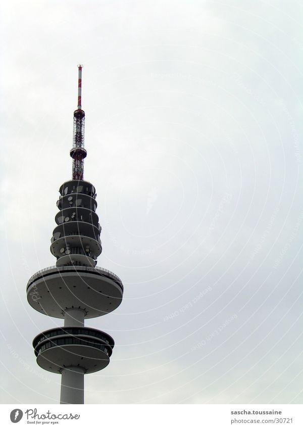 Hamburger-Fernsehturm über die Schulter #2 Fernsehen Sendemast Sender senden Wolken schlechtes Wetter Turm Linie ...