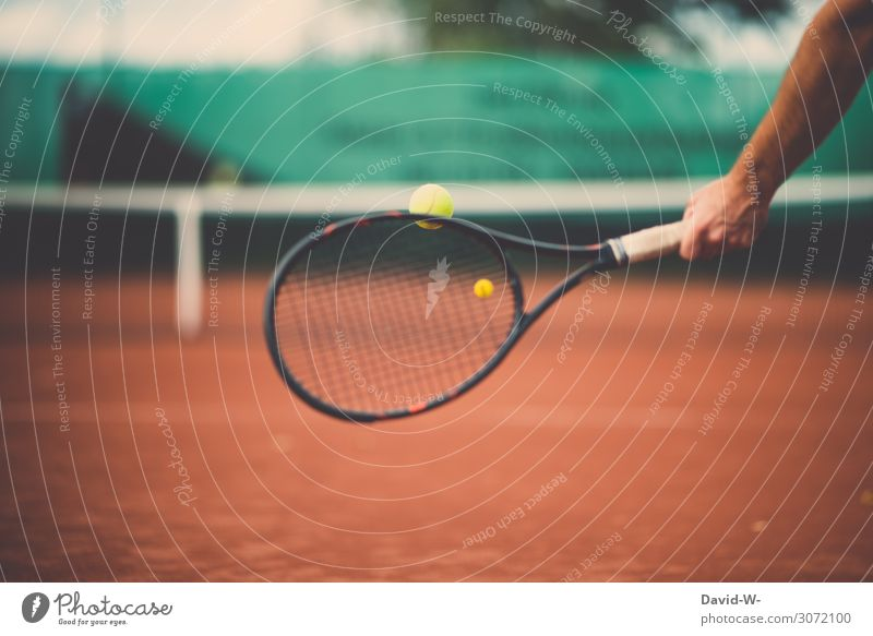 Mann schlägt auf einem Tennisplatz mit nem Tennisschläger nach einem Tennisball Tennisspieler Tennisnetz Sport sportlich Sport-Training Sportler Übung