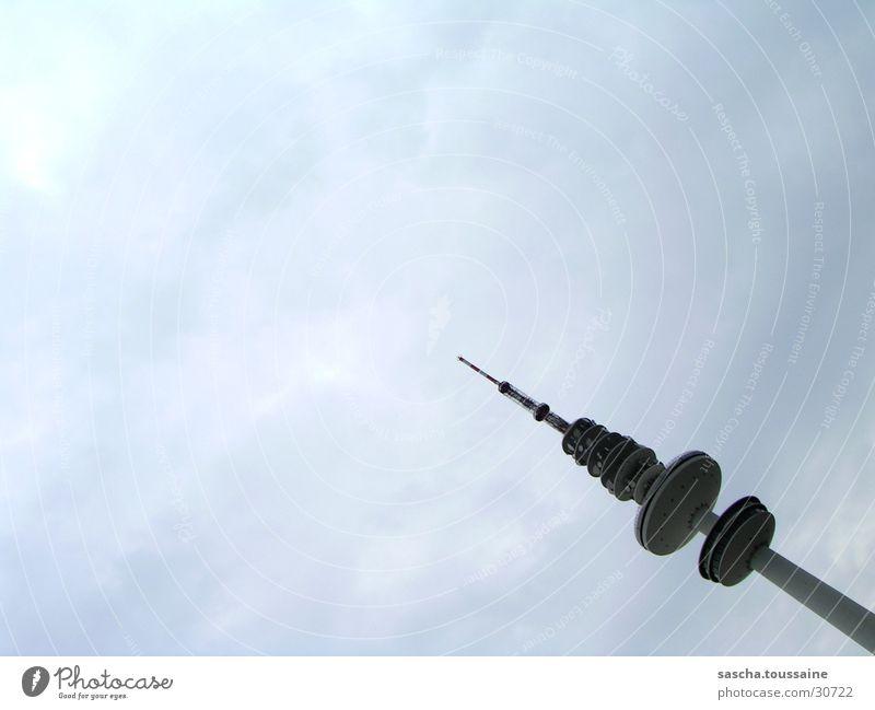 Hamburger-Fernsehturm über die Schulter Wolken verrückt Fernsehen Turm Fernsehturm schlechtes Wetter senden Sender Sendemast