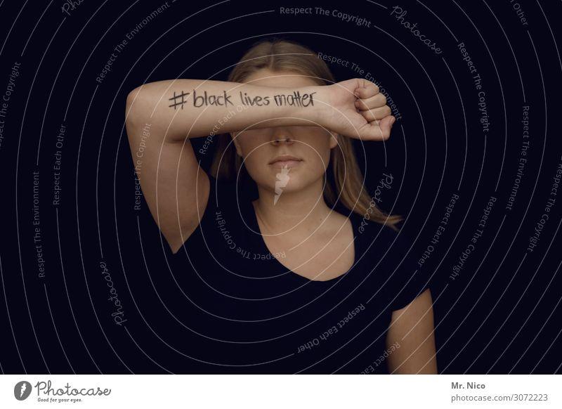 # black lives matter feminin Junge Frau Jugendliche Haut 1 Mensch langhaarig schwarz Unterarm Faust Rassismus unerkannt Kraft Willensstärke Mut Angst
