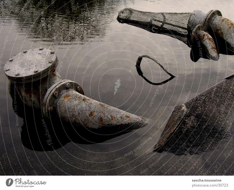 Mal ganz kreativ: Rohre im Wasser Stadt alt Wasser dunkel Metall Klima Vergänglichkeit Industrie kaputt trocken Zukunftsangst Risiko verfallen Verfall Rost Umweltschutz