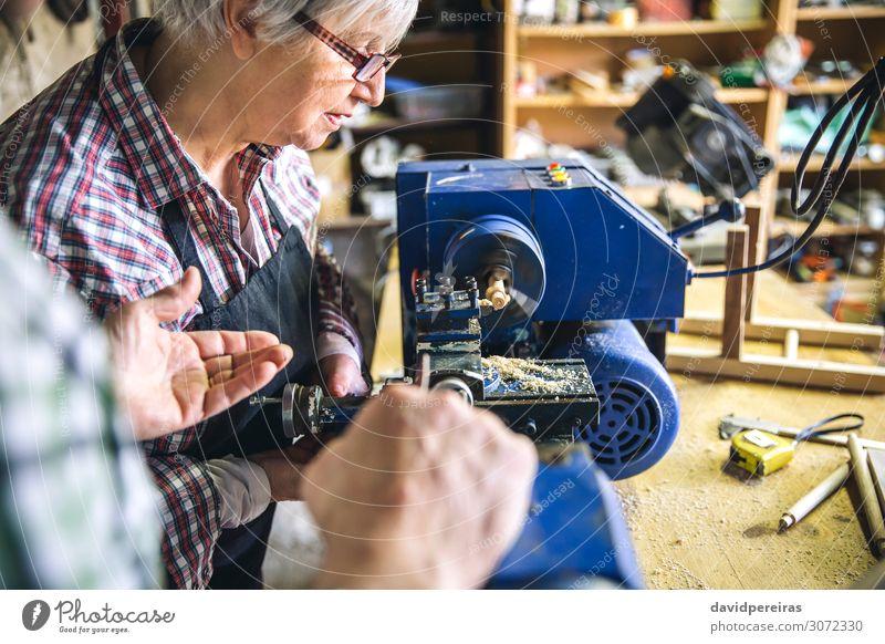 Ältere Frau, die in der Schreinerei arbeitet Lifestyle Freizeit & Hobby Möbel Schule Arbeit & Erwerbstätigkeit Beruf Business Ruhestand Mensch Erwachsene alt