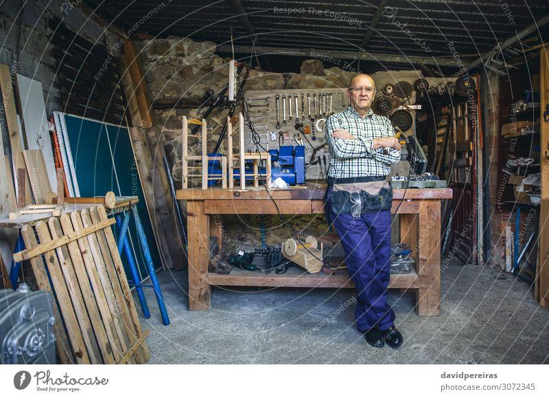 Schreiner in seiner Werkstatt Handwerk Business Maschine Mensch Mann Erwachsene Holz alt stehen authentisch Zimmerer reif Schreinerei Körperhaltung Hobelbank