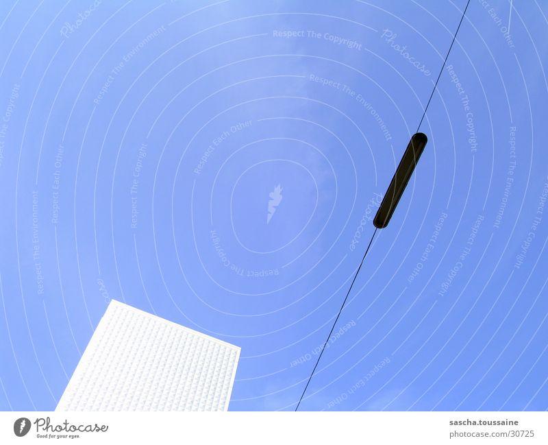 Kasten im Blauen feat. Hängelaternchen Himmel blau Haus Wolken Lampe dunkel Linie hell Architektur Hochhaus Kabel Quadrat Laterne silber Straßenbeleuchtung