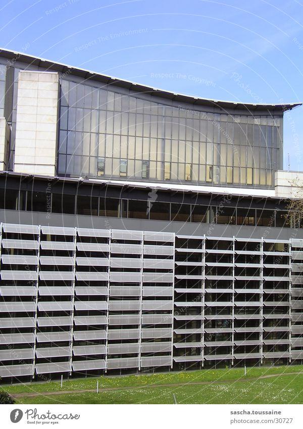 CinemaxX Dammtor Himmel grün blau Gras grau Gebäude Architektur modern Rasen Dach Hamburg Kino silber geschwungen Cinemaxx