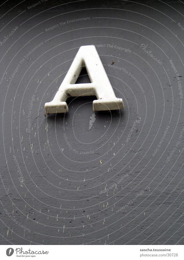 A natürlich... Buchstaben Hausnummer Wand grau weiß Dinge Schatten dreckig