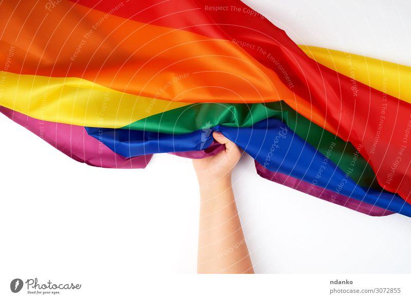 Hand hält textile Regenbogenfahne, Symbol der Freiheit Lifestyle Homosexualität Paar Kultur Fahne Liebe frei blau gelb grün rosa rot Partnerschaft Frieden Stolz