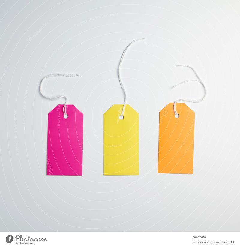 drei farbige Papieretiketten an einem weißen Seil kaufen Handwerk Business Verpackung Schnur hängen verkaufen natürlich oben braun gelb rosa Beförderung Lager