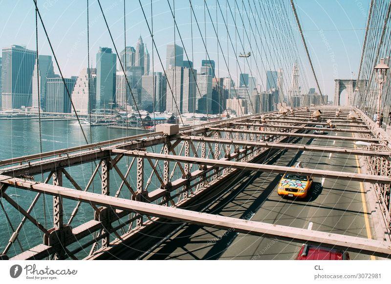 auf der brooklyn bridge Ferien & Urlaub & Reisen Stadt Straße Architektur Wege & Pfade PKW Verkehr Hochhaus Luftverkehr Schönes Wetter USA Brücke Fluss
