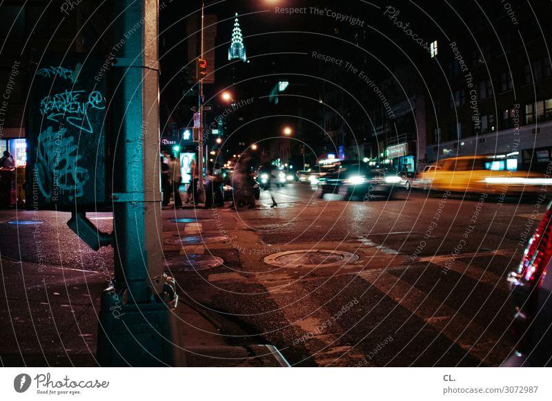 nachtleben Städtereise Nachtleben Mensch New York City Manhattan USA Stadt Stadtzentrum Hochhaus Sehenswürdigkeit Chrysler Building Verkehr Verkehrsmittel
