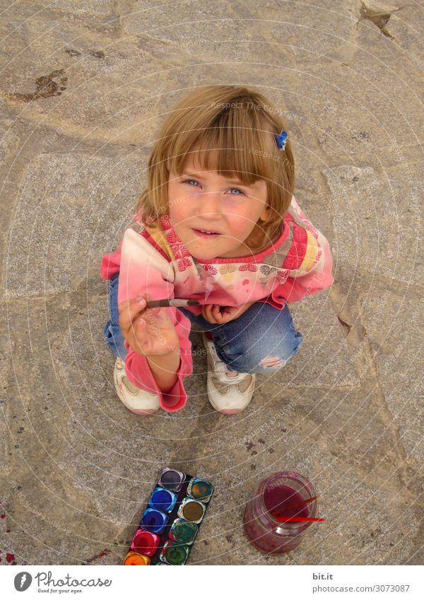 Mädchen malt mit Wasserfarben, auf den Boden. Freizeit & Hobby Basteln Ferien & Urlaub & Reisen Sommer Sommerurlaub Strand Kindererziehung Bildung Kindergarten