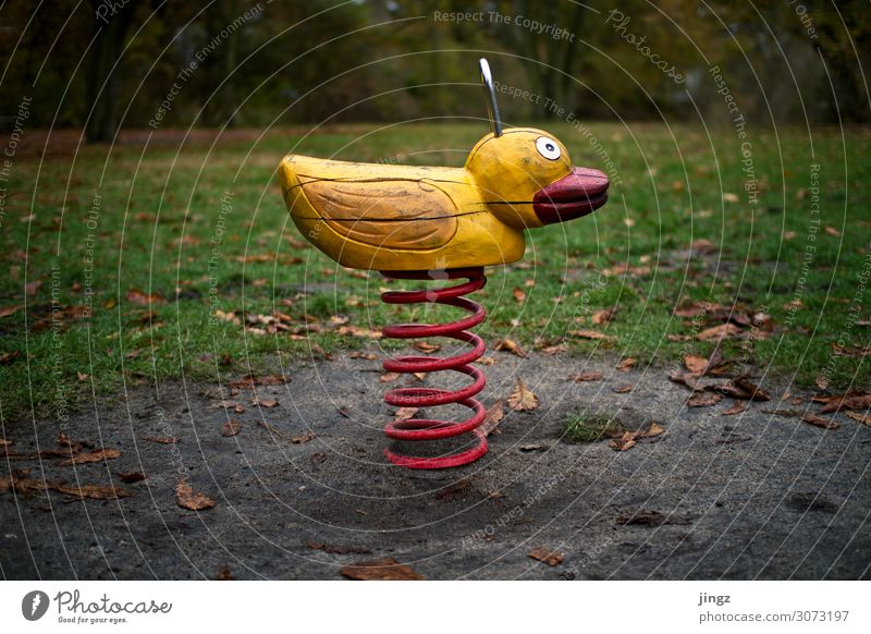 Ente Spielen Park Spielplatz schaukeln braun gelb grün rot Freude Kindheit Holzspielzeug Schaukel Farbfoto Außenaufnahme Menschenleer Tag Zentralperspektive