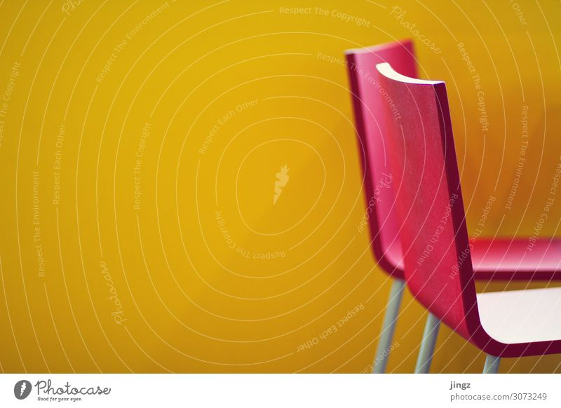 rote Stühle - gelbe Wand Stuhl Menschenleer Sitz Leerraum Farbkontrast
