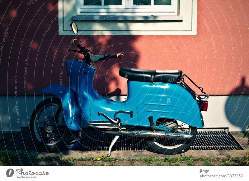 Simson Schwalbe Motorrad Kleinmotorrad stehen blau rosa rot weiß parken Nostalgie Farbfoto Außenaufnahme Menschenleer Licht Schatten Zentralperspektive