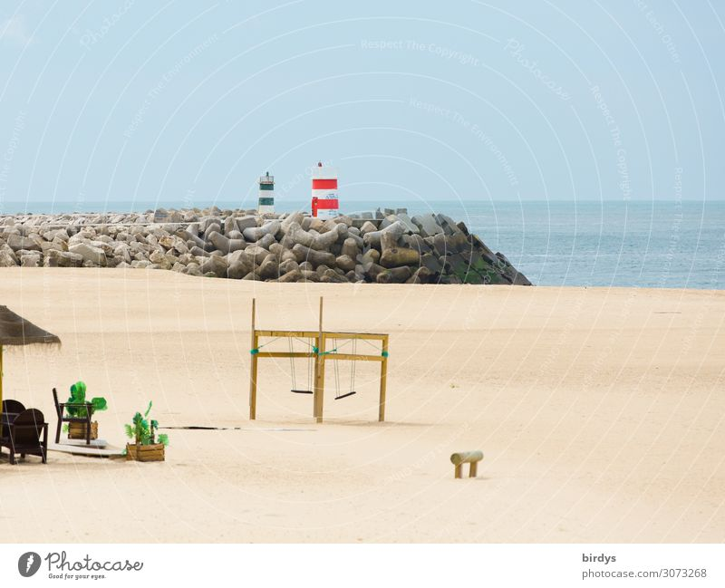 Spielplatz, Strand, Nebensaison Freizeit & Hobby Spielen Ferien & Urlaub & Reisen Sommer Meer Sand Wasser Wolkenloser Himmel Schönes Wetter Leuchtturm Schaukel