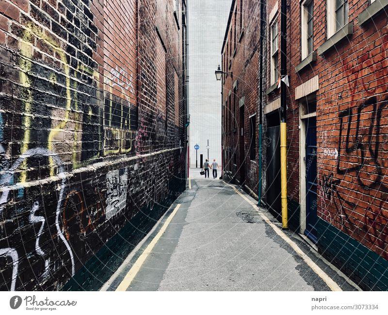 Am Ende der Straße | Sheffield Paar Erwachsene 2 Mensch England Stadt Stadtzentrum Haus Gasse Mauer Wand Fassade stehen authentisch Partnerschaft Leben