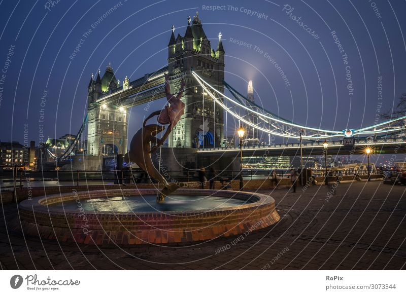 Tower Bridge im Dämmerlicht. Lifestyle Stil Design Ferien & Urlaub & Reisen Tourismus Ausflug Sightseeing Städtereise Wirtschaft Handel Kunst Kunstwerk Skulptur
