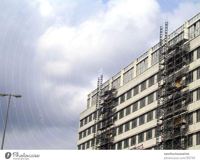 Veränderung Haus Gebäude Wandel & Veränderung Fassade Fenster Laterne Wolken Baustelle Architektur Baugerüst alt genovieren modernisieren Himmel ...