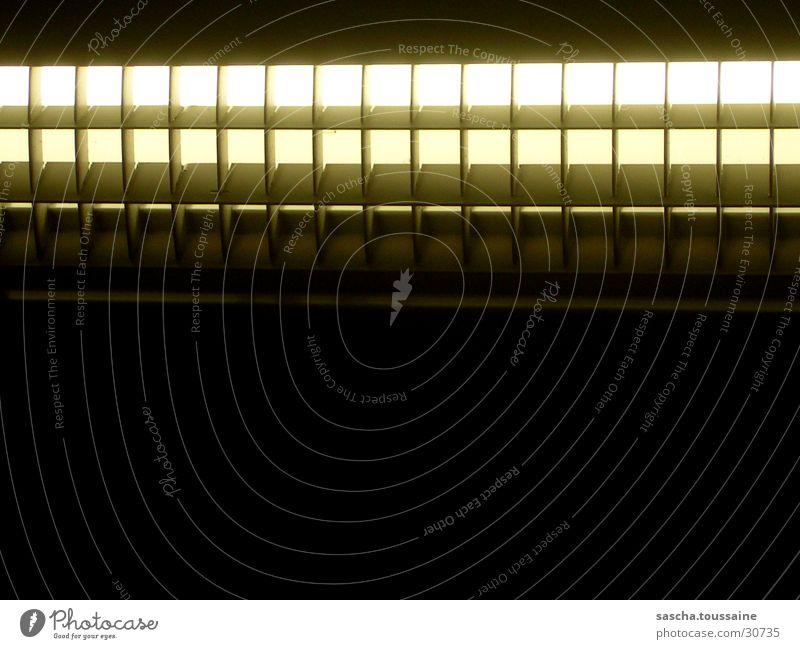Licht im Dunkel Lampe dunkel Beleuchtung Verkehr Eisenbahn Gitter S-Bahn Öffentlicher Personennahverkehr