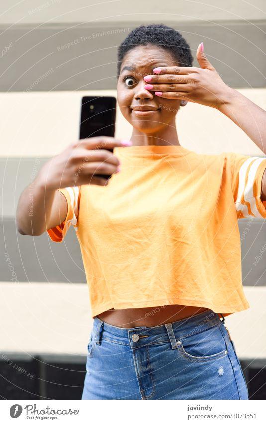 Schwarze Frau fotografiert Selfie mit fröhlichem Ausdruck. Lifestyle Freude Glück schön Haare & Frisuren Ferien & Urlaub & Reisen Telefon PDA Fotokamera Mensch