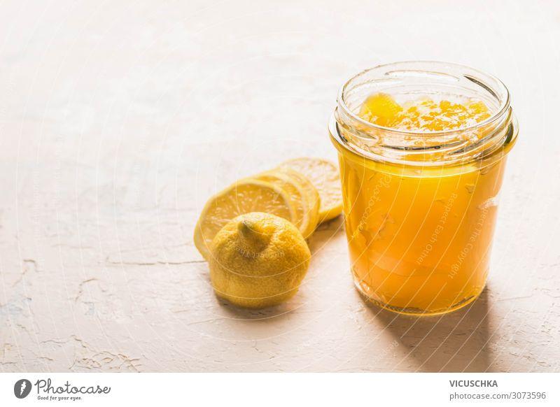Zitronen Curd im Glas mit geschnittener Zitrone Lebensmittel Frucht Dessert Ernährung Design gelb lemon curd Pudding Foodfotografie Essen süß Zitronencurd