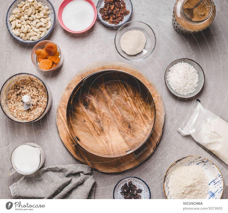 Leere Kuchenform und vegane Zutaten für Cashewkuchen Lebensmittel Dessert Ernährung Bioprodukte Vegetarische Ernährung Diät Milch Geschirr kaufen Design