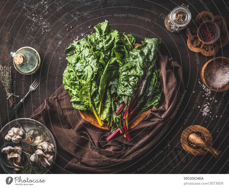 Bunter Mangold Bündel auf rustikalem Küchentisch Lebensmittel Gemüse Ernährung Bioprodukte Vegetarische Ernährung Diät Geschirr Stil Gesundheit