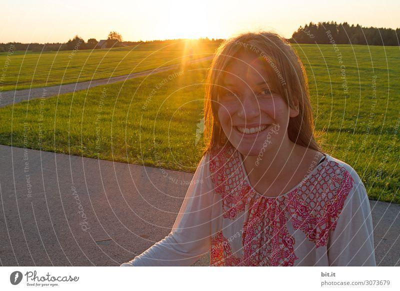 Mädchen im Gegenlicht, in der Natur. Mensch feminin Junge Frau Jugendliche Kindheit Freude Glück Fröhlichkeit Zufriedenheit Lebensfreude Feld Blick