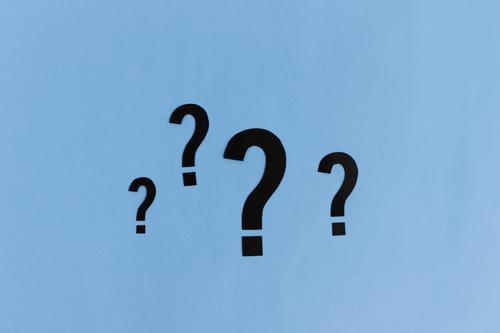 Viele Fragen offen   4 Fragezeichen in verschiedenen Größen Wissenschaften Studium Zeichen blau Beratung Farbfoto abstrakt Studioaufnahme Hintergrund neutral