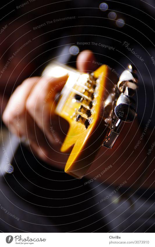 Gitarre musizieren Musik Hand 1 Mensch Konzert Bühne Band Musiker Gitarrenhals Gitarrenspieler hören Spielen glänzend trendy orange Gefühle Freude Lebensfreude