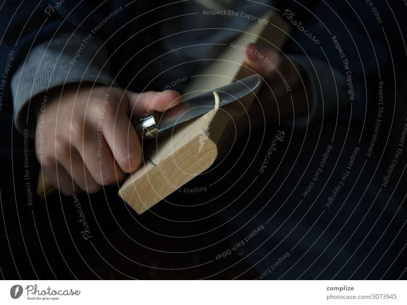 Kind schnitzt mit Messer Freude Freizeit & Hobby Spielen Basteln Kindererziehung Arbeit & Erwerbstätigkeit schnitzen Holz Schnitzereien Kindheit Kreativität