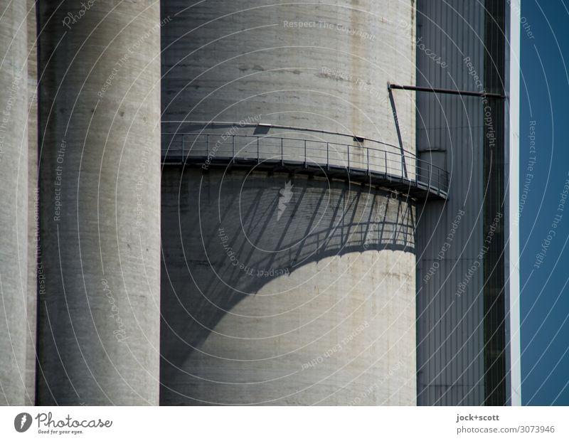 Schatten der Industrie Silo Steg Geländer Beton Linie authentisch groß hoch modern grau ästhetisch Symmetrie Schattenspiel Konstruktion rund Schlagschatten