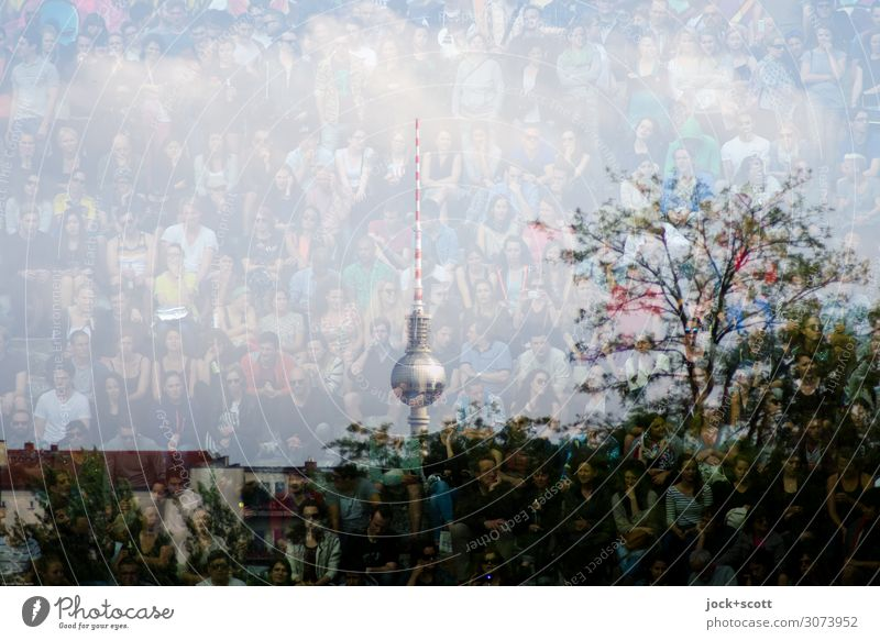 Berliner Menschenmenge Veranstaltung Sommer Baum Park Sehenswürdigkeit Wahrzeichen Berliner Fernsehturm außergewöhnlich einzigartig positiv viele Gefühle