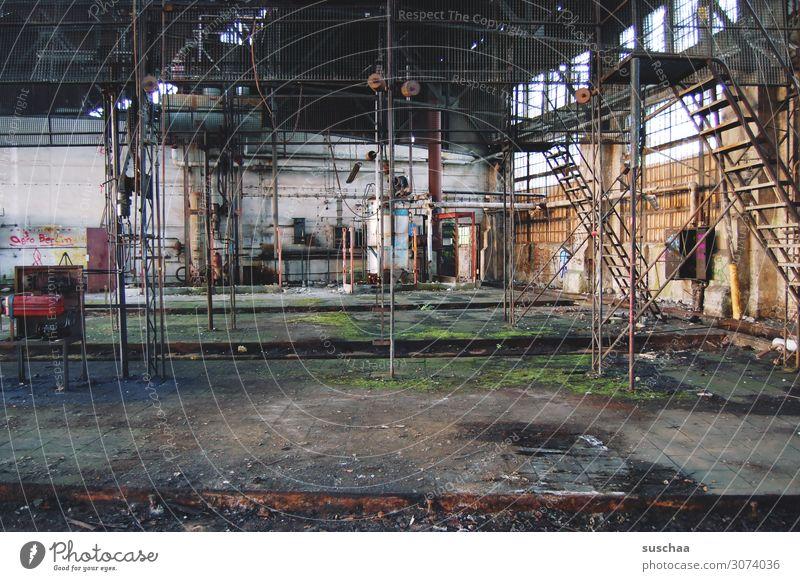 alter lokschuppen, innen Lokschuppen Lagerschuppen Gebäude verfallen Mord Menschenleer Unbewohnt vergessen Leerstand Industrieanlage Fabrik Fabrikhalle Treppe