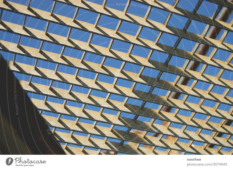 eisengitter Gerüst Skelett Gitter Eisen Eisengerippe Stahlgerippe Verstrebung Eisengitter durchsichtig Himmel Sonnenlicht Kontrast kleinmaschig Durchblick
