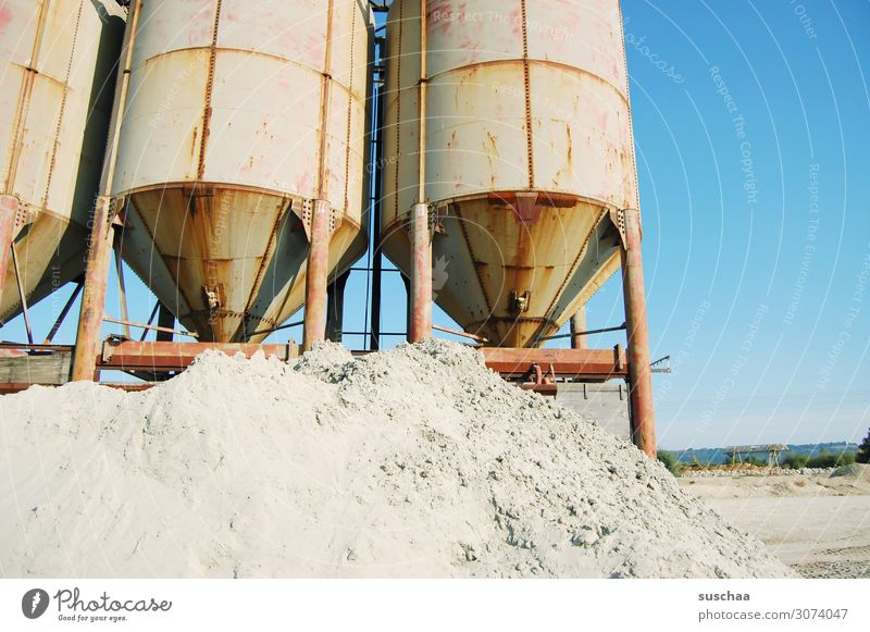 sandig Kiesgrube Sand fördern Abbau Behälter u. Gefäße Industrie Industrieanlage Förderanlage Baustelle Maschine Gerät Siebanlage Lager Ventilator Blauer Himmel