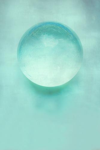 Glaskugel auf pastellfarbenem Hintergrund Design Gesundheit Wellness Leben harmonisch Wohlgefühl Sinnesorgane Erholung Spa Whirlpool Schwimmen & Baden Lampe