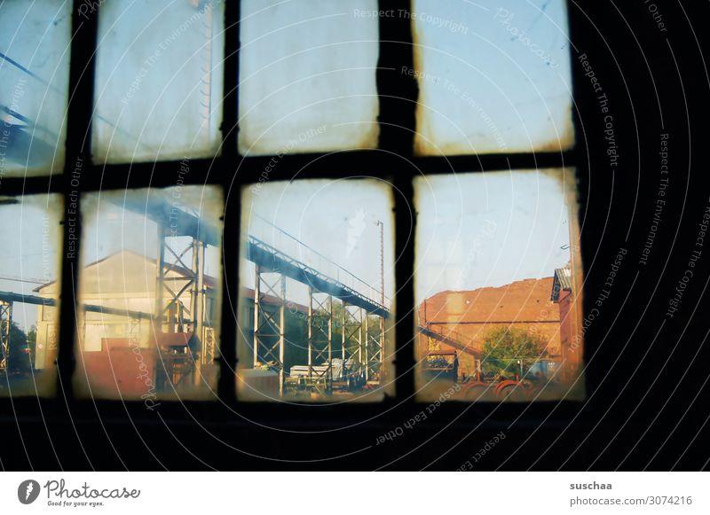 rausgucken Fenster alt Glas Fensterscheibe Durchblick Rechteck Blick dreckig verfallen drinnen Außenaufnahme Sehnsucht Gelände Industrie Industriefotografie